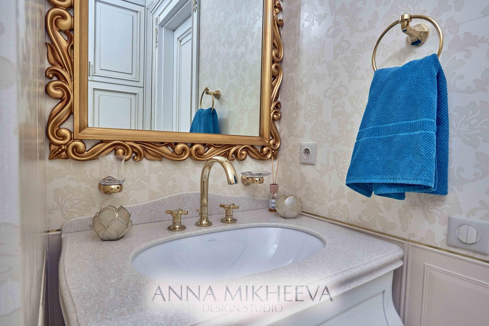 Интерьер ванной комнаты обои на стенах. В Астане. Фото.